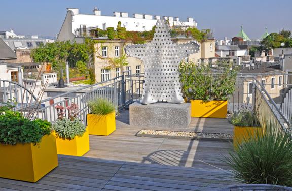 Dachterrasse mit Bepflanzung und Skulptur