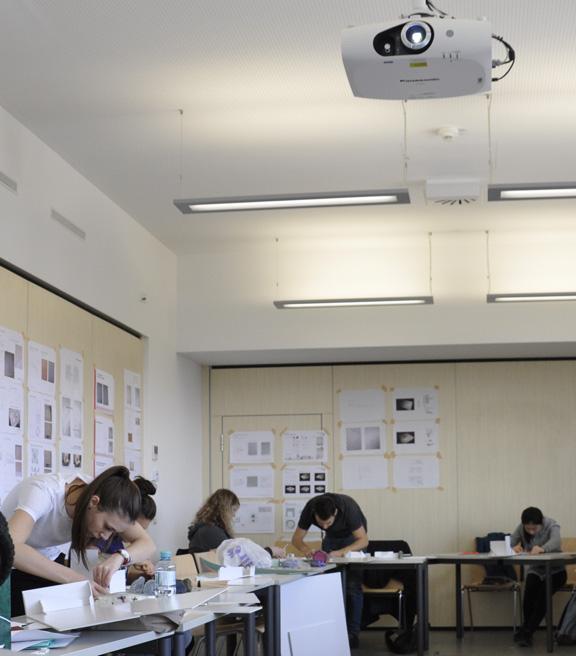 Studierende arbeiten an Modellen